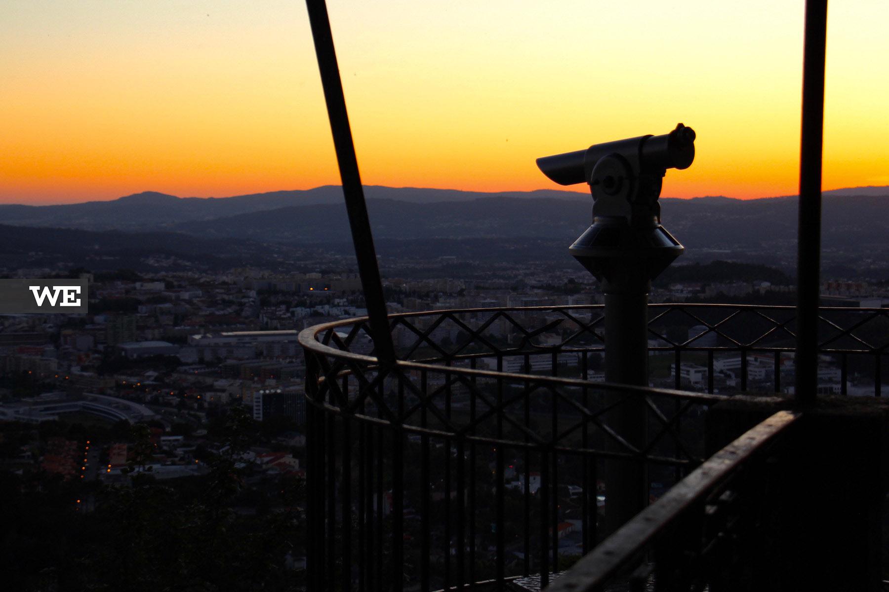 O emblemático miradouro do Bom Jesus e o telescópio apontado à cidade
