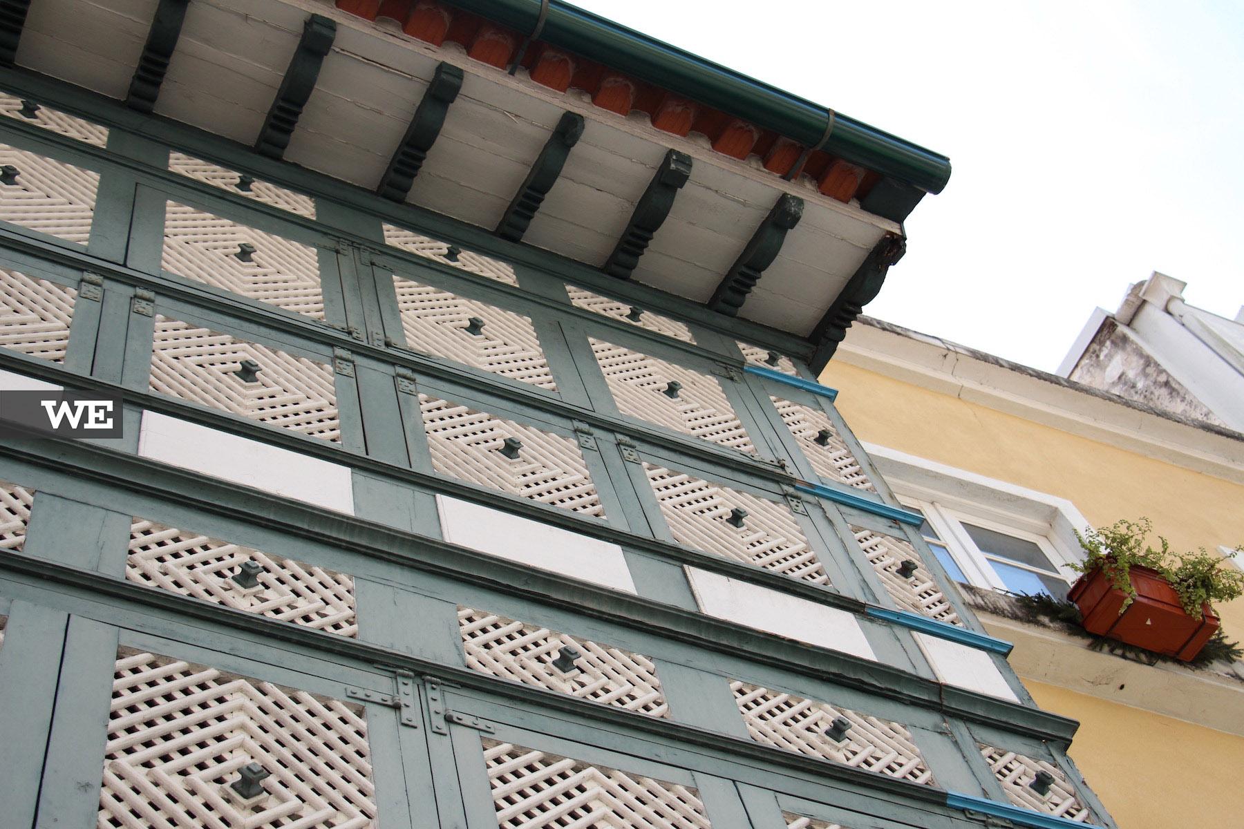 Pormenores da fachada da Casa dos Crivos