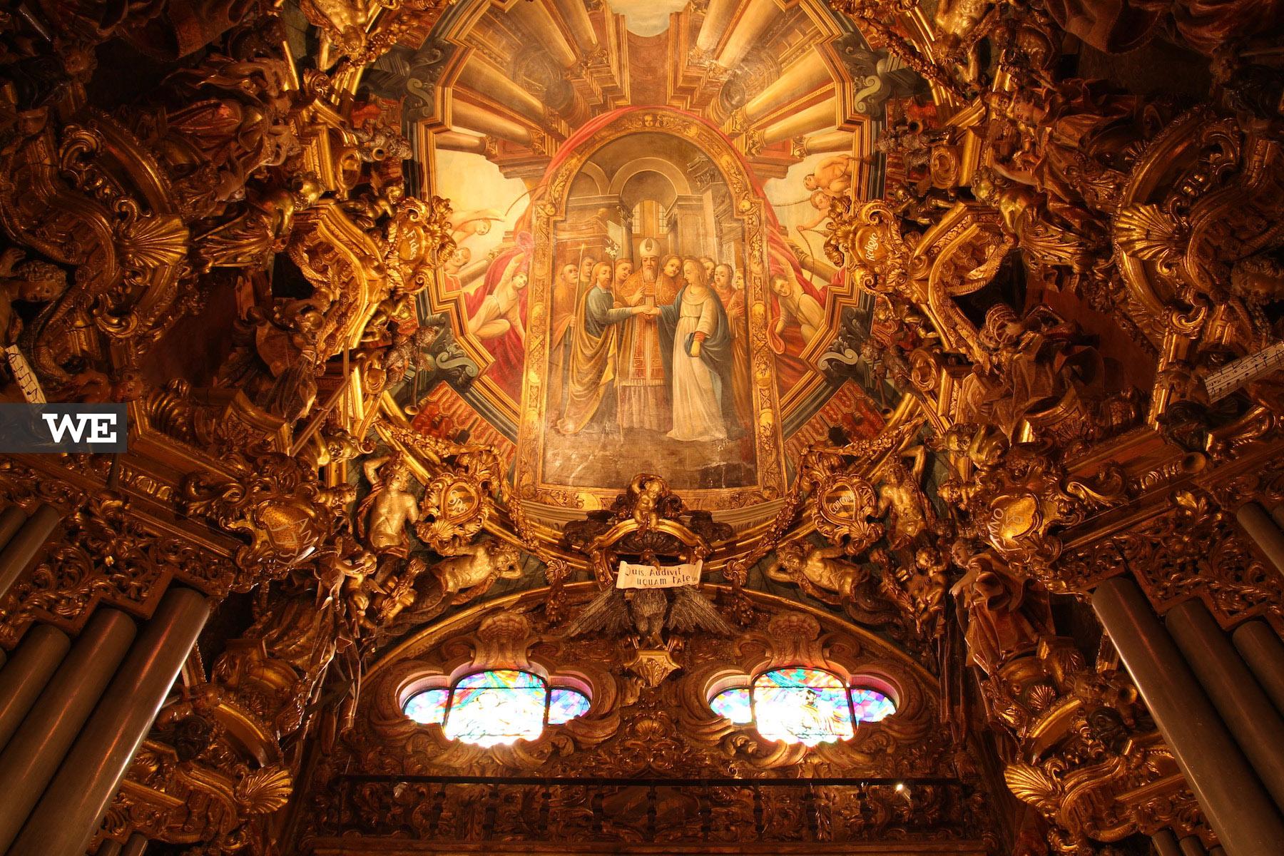 O interior da Sé de Braga, com destaque para os seus tectos trabalhados e as talhas douradas, típicas do Barroco