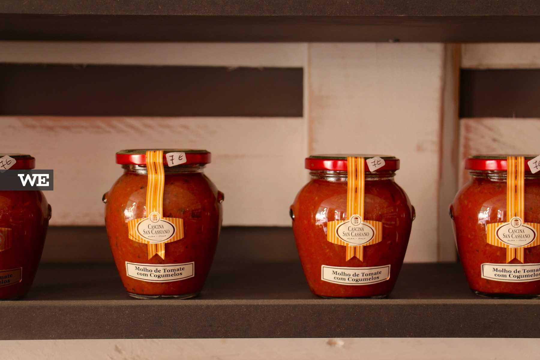 Produtos alimentares italianos à venda no Restaurante La Piola