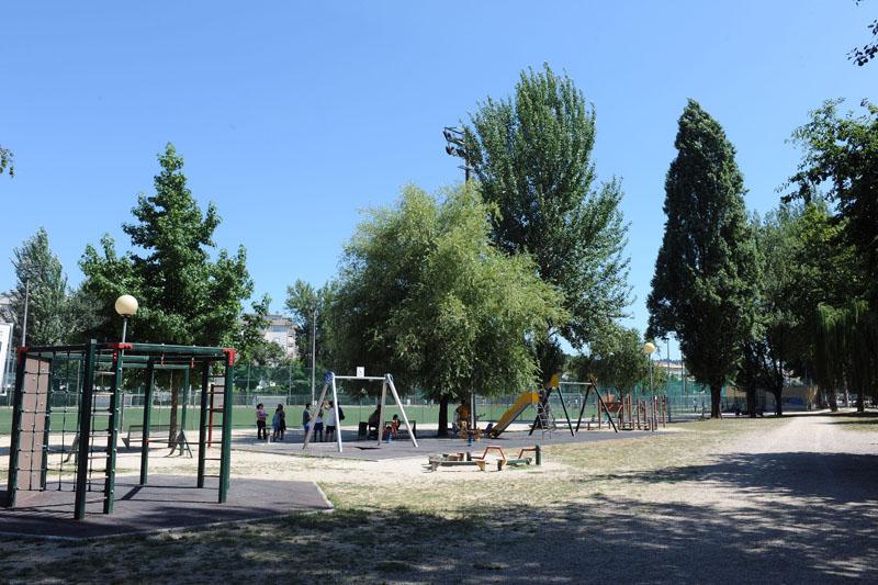 Parque infantil localizado nos campos da rodovia