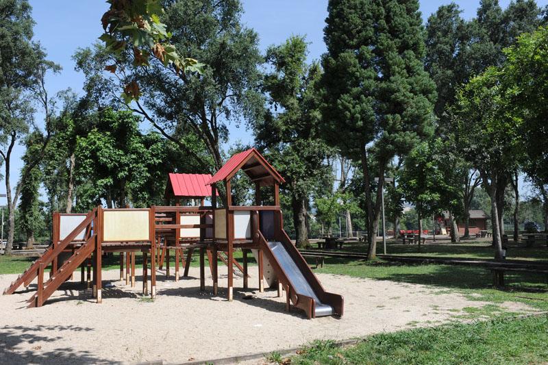 Parque infantil no parque de merendas de merelim s. paio